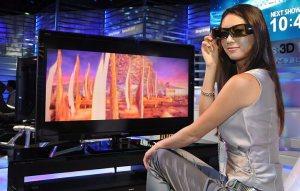 Garota desfrutando de uma TV 3D na Ceatec